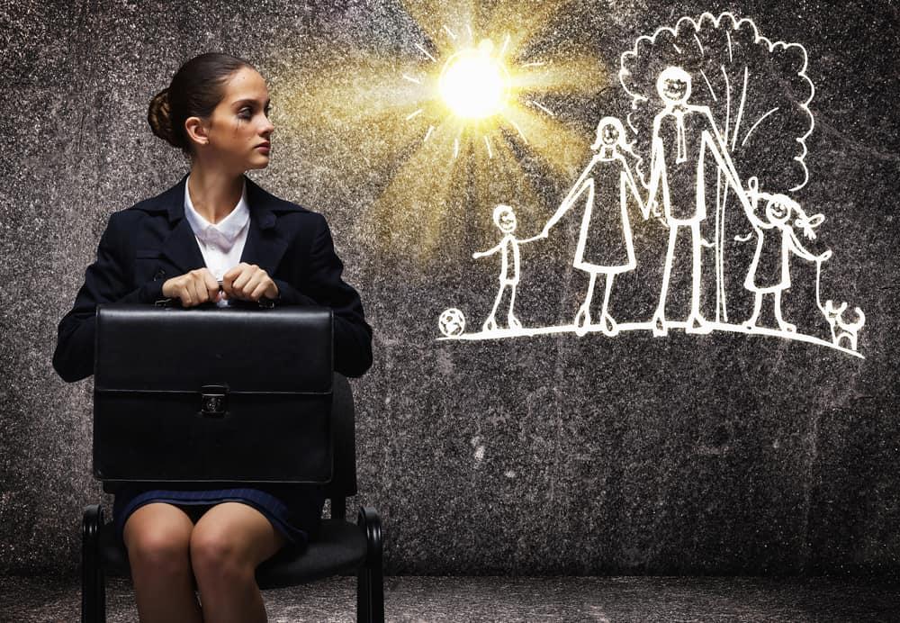 Jonge zakenvrouw voor krijttekening van een gezin. Waarom als mama loopbaanbegeleiding volgen bij Loopbaanexpert?