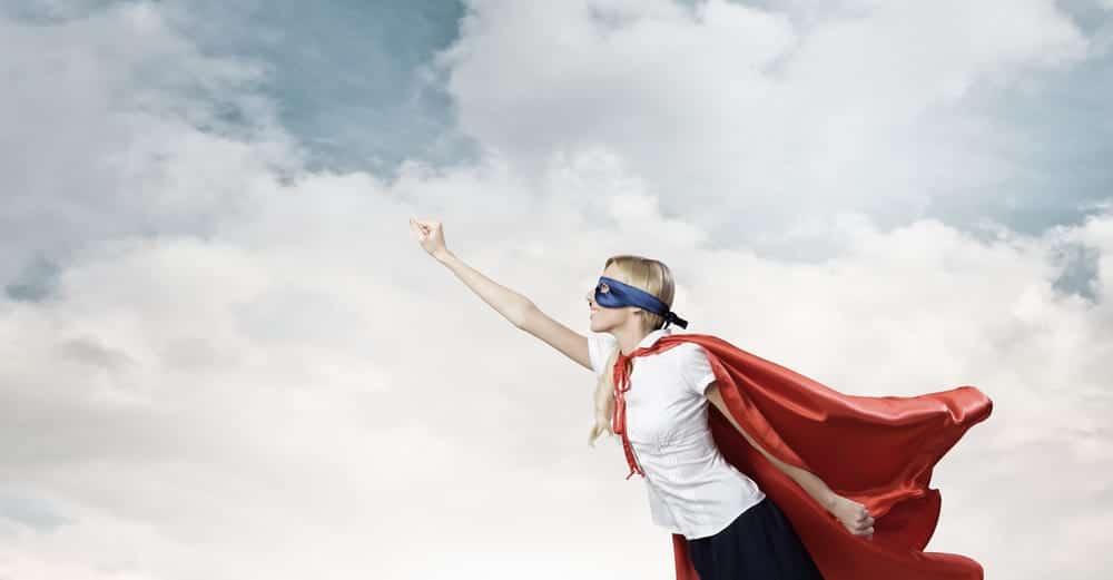 Vrouw gekleed als superheld met cape. Hoe helpt een Loopbaanexpert loopbaancoach je bij twijfels over je job?