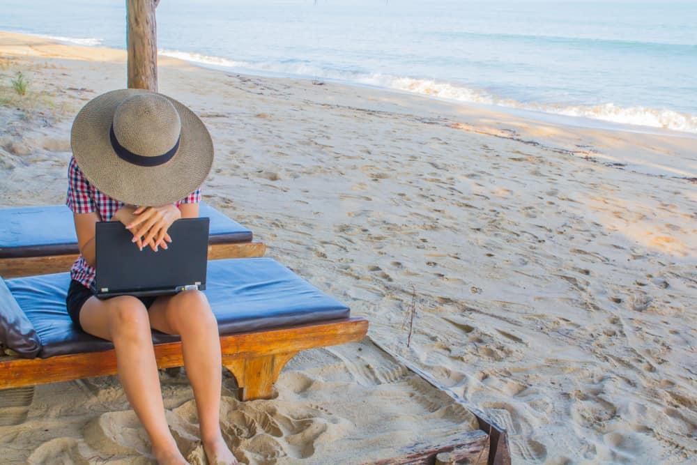Vrouw peinzend op het strand of ze een carrièreswitch moet maken