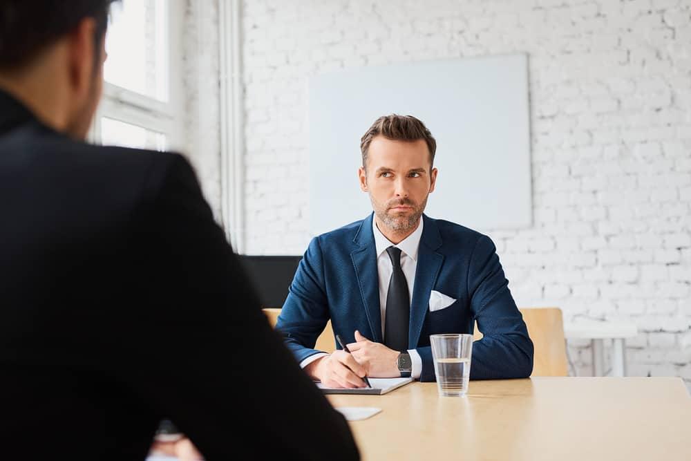 Mannelijke jobhopper denkt tijdens interview 'had ik maar tips voor een goed cv' gehad